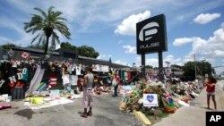 Memorial di luar kelab malam Pulse di Orlando, Florida, tempat terjadinya penembakan massal, Juli 2016. (AP/John Raoux)