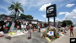 Bunga dan barang untuk menghormati para korban penembakan menumpuk di luar klub malam Pulse, tempat insiden itu terjadi. (Foto: Dok)