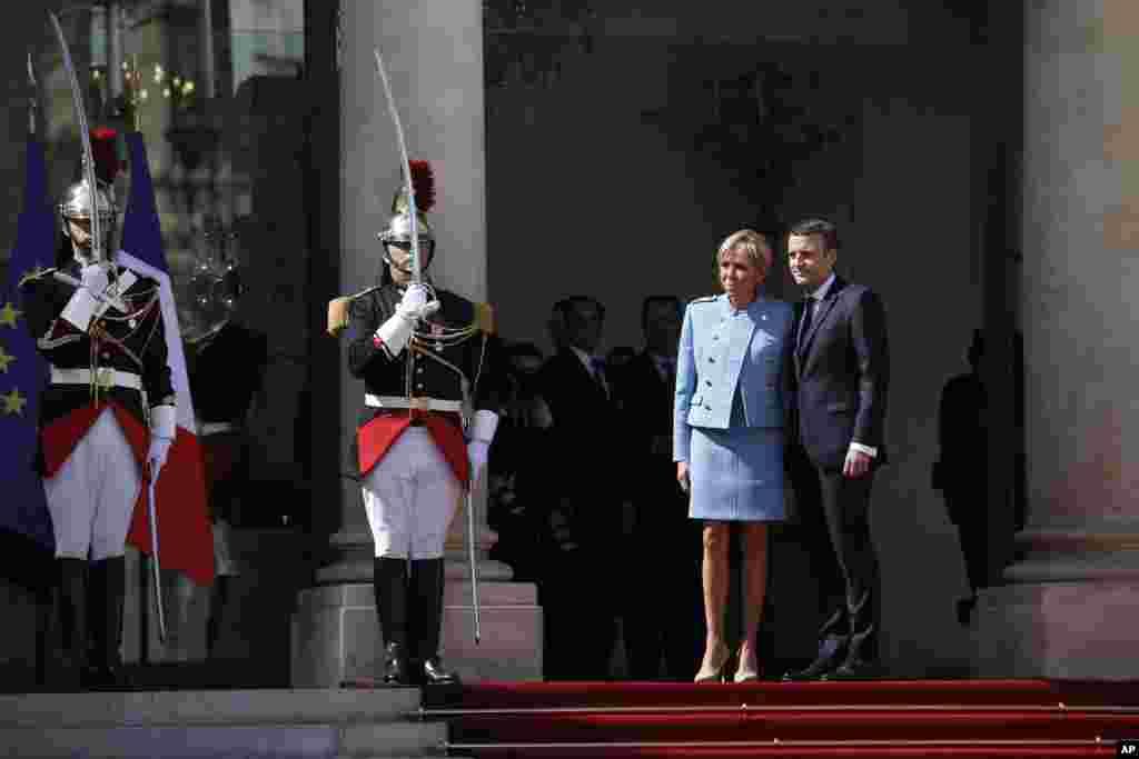 法国总统马克龙在宣誓就职后和夫人在爱丽舍宫的台阶上亮相(2017年5月14日)。依照惯例,卸任总统奥朗德与马克龙在爱丽舍宫的总统办公室内进行了大约半小时的闭门会谈,其中包括交接法国核武器密码等。之后马克龙将奥朗德送离爱丽舍宫。