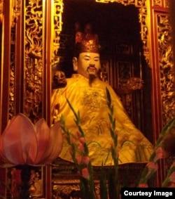 Tượng chân dung Vua Lê Thánh Tông ở chùa Huy Văn.