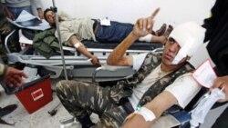 فرار شورشیان لیبی در برابر هجوم نیروهای وفادار به قذافی