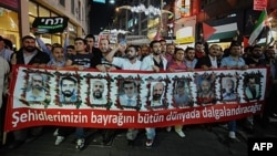 Demonstranti nose transparent sa slikama devet žrtava upada izraelskih komandosa u turski brod