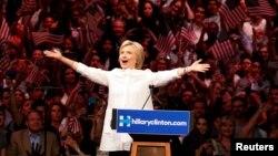 Bà Clinton trở thành phụ nữ đầu tiên được một đảng chính đề cử làm ứng cử viên tổng thống Mỹ.