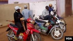 À espera de clientes. Moto-taxistas em Malanje