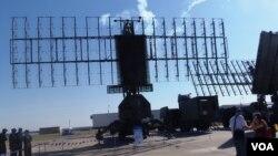 中國和俄羅斯反對美國薩德反導系統。去年莫斯科航展上展出的俄羅斯雷達預警系統(美國之音白樺)。