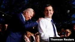 피트 부티지지 전 사우스밴드 시장이 민주당 경선 포기를 선언하며 조 바이든 후보를 지지한다고 밝히고 있다.