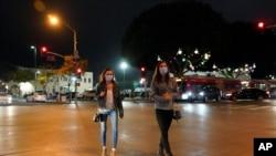 19일 밤 미국 캘리포니아주 산타모니카에서 마스크를 쓴 시민들.