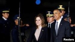 Le président Barack Obama est escorté par la deuxième vice-présidente Mercedes Araoz du Pérou à son arrivée pour le sommet annuel de l'Organisation de coopération économique Asie-Pacifique (Apec) à Lima, Pérou, 18 novembre 2016.
