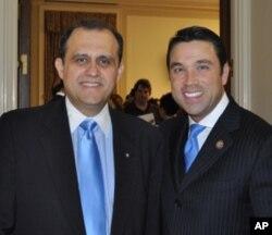 Ο Νικ Λαρυγγάκης (αριστερά) με τον Μάικλ Γκριμ (δεξιά) βουλευτή από την Νέα Υόρκη
