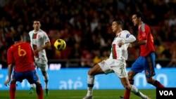Bintang Spanyol Andres Iniesta (kiri) dan Sergi Busquets (kanan) berebut bola dengan Cristiano Ronaldo (tengah) dalam pertandingan persahabatan Spanyol melawan Portugal di Lisbon (foto: dok).