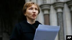 前克格勃特工利特维年科的遗孀玛丽娜在伦敦法院前宣读声明。