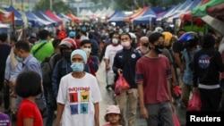 Muslims wearing protective masks shop for food before Iftar (breaking fast) at a Ramadan bazaar, amid the coronavirus disease (COVID-19) outbreak, in Kuala Lumpur, Malaysia April 15, 2021. REUTERS/Lim Huey Teng