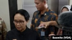 Menlu RI Retno Marsudi usai mengikuti rapat di kantor Koordinator Bidang Pembangunan Manusia dan Kebudayaan, Jakarta, Selasa, 28 Januari 2020. (Foto: VOA/Sasmito)