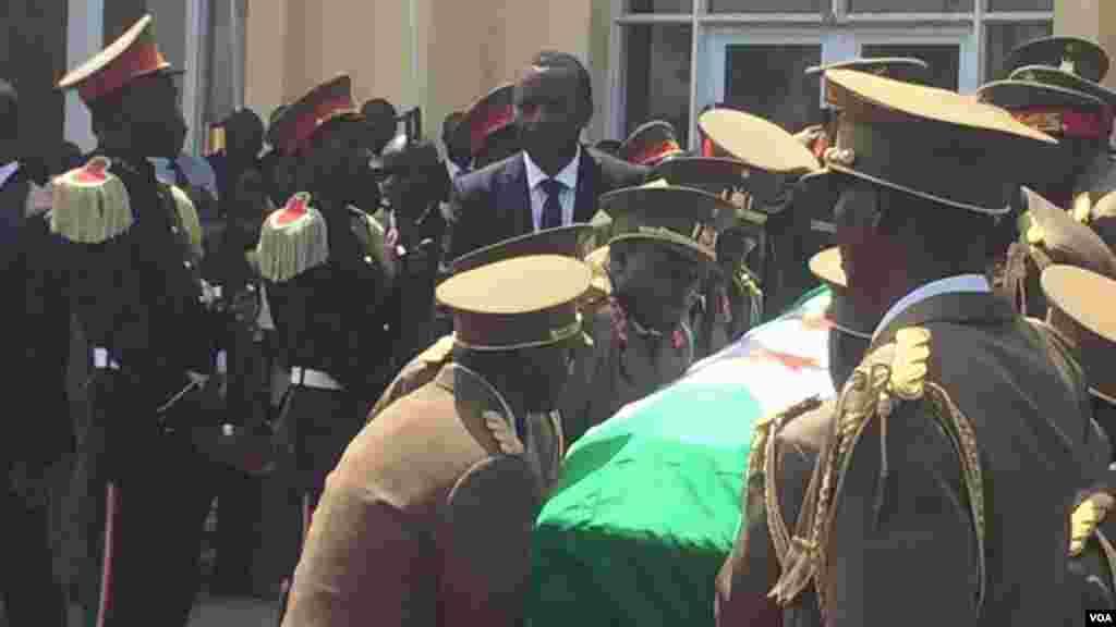 Les militaires burundais portent le cercueil de l'ex-président burundais Jean-Baptiste Bagaza, le 16 mai 2016.