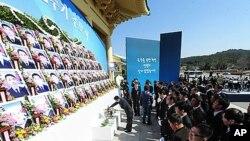 26일 대전 국립현충원에서 열린 천안함 용사 2주기 추모식에서 묵념하는 천안함 용사 유족들.