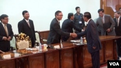 Hun Sen and Sam Rainsy shake hands before their second meeting after the election on Sept 17, 2013. (Photo: by Say Mony VOA Khmer)