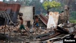 ក្មេងៗប្រមូលរបស់របរដែលកែច្នៃបានចេញពីផ្សារបែកបាក់មួយដែលត្រូវបានដុតនៅភូមិរបស់ជនជាតិរ៉ូហ៊ីយ៉ាមួយ ក្នុងរដ្ឋ Rakhine ប្រទេសមីយ៉ាន់ម៉ា កាលពីថ្ងៃទី២៧ ខែតុលា ឆ្នាំ២០១៦។