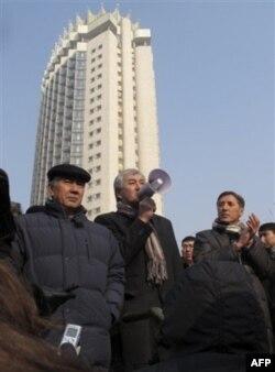 Sotsial demokratik partiya rahbar o'rinbosari Amirjan Kosanov Almatidagi mitingda gapirmoqda, 28-fevral 2012