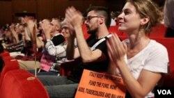 Para delegasi yang menghadiri konferensi AIDS global di Roma, Italia yang dihadiri sekitar 5 ribu peserta (17/7).