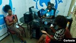 Cheila da Graça tem um programa de rádio para divulgar os serviços da iniciativa Dreams na cidade da Beira, Moçambique