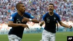 Le Français Kylian Mbappe, à gauche, jubile avec son coéquipier Lucas Hernandez après avoir marqué le troisième but de son équipe lors des 16es de finale entre la France et l'Argentine, lors de la Coupe du monde 2018 à Kazan Arena à Kazan, le 30 juin 2018