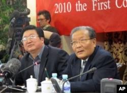 潭长流(左)和羊涤生在颁奖仪式上