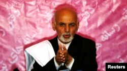 Mantan menteri keuangan Ashraf Ghani dalam sebuah jumpa pers di Kabul (13/4).