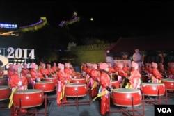 女鼓手身穿中国民族服装参加八达岭长城举行迎接新年活动(美国之音东方拍摄)