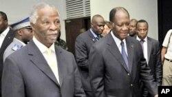 南非前总统姆贝基(左)在科特迪瓦首都阿比让会晤科特迪瓦总统候选人瓦塔拉(右)