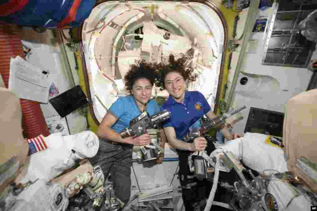 تاریخسازی دو فضانورد کریستینا کک (راست) و جسیکا میر، فضانوردان ناسا. از ۱۹۶۵ که اولین راهپیمایی فضایی انجام شد، بیش از ۲۰۰ نفر در فضا گام برداشته اند و ۱۴ زن این کار را کرده اند اما این اولین بار است که یک زن، بدون همراهی یک خدمه مرد، در فضا معلق شده است.