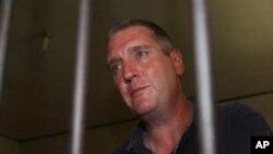 Julian Anthony Ponder, warga Inggris, menunggu dalam selnya sebelum menuju pengadilan di Denpasar, Bali 29 Januari 2013. (AP Photo/Firdia Lisnawati). Julian Anthony Ponder dijatuhi hukuman enam tahun penjara karena menjadi kaki tangan terpidana mati kasus narkoba pekan lalu, Lindsay June Sandiford.