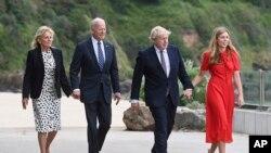 Kryeministri britanik Boris Johnson, bashkëshortja e tij Carrie Johnson dhe Presidenti i Shteteve të Bashkuara Joe Biden me Zonjën e Parë Jill Biden duke ecur së bashku në Cornwall, Angli