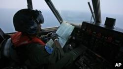 2014年3月10日,一名印尼海軍飛行員在馬六甲海峽附近搜索失蹤馬航班機。