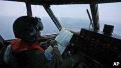 一名印尼海军飞行员在马六甲海峡附近搜索失踪马航班机。(2014年3月10日)