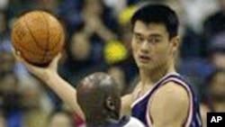 La Star de la NBA Yao Ming aujourd'hui à la retraite.