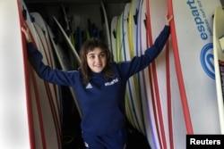 Carmen Lopez Garcia, atlet selancar air putri tuna netra pertama Spanyol yang akan berkompetisi di Kejuaraan Dunia Selancar Air Adaptif, berpose sebelum latihan di pantai Salinas, Spanyol, 5 Desember 2018.