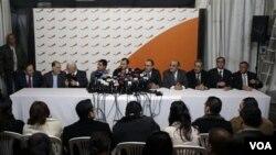 11 menteri dari kelompok Hezbollah saat mengumumkan pengunduran diri mereka dari kabinet Lebanon di Beirut, Rabu 12 Januari 2011.