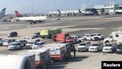 一架来自迪拜的班机发生乘客染病事件,警车和救护车出现在纽约肯尼迪机场跑道。