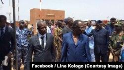 """Les autorités civiles et militaires du Burkina, Bénin, Ghana et Togo à la fin d'une opération conjointe baptisée """"Koudalgou"""" au poste frontalier de Cinkansé, en territoire burkinabè, 19 mai 2018. (Facebook/Line Kologo)"""