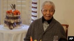 Nelson Mandela saat merayakan HUT ke-94 tahun lalu (foto: dok).