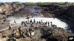 Watu wanachekecha mchanga kupata almasi katika machimbo ya Kabuebue katika kijiji cha Bakua Bowa karibu na Mbuji-Mayi nchini Congo.