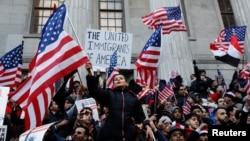 """Warga AS melakukan protes atas kebijakan """"larangan perjalanan"""" (travel ban) Presiden Donald Trump dalam aksi di Brooklyn, New York 2 Februari lalu (foto: ilustrasi)."""