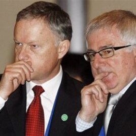 New Zealand Trade Minister Tim Groser, right, looks on with an unidentified official, left, during an Asia Pacific Economic Cooperation (APEC) Trade Ministers retreat session in Singapore (File Photo)