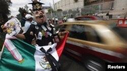 Una mujer con máscara de cerdo protesta en las afueras del Tribunal Electoral de México, que desestimó la impugnación de las elecciones del 1 de julio.