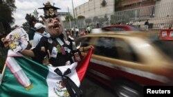 Những cuộc biểu tình đã diễn ra bên ngoài tòa án để phản đối việc các thẩm phán bác đơn kiện của ông Lopez Obrador.