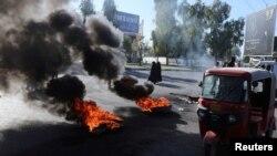 23일 이라크 케르발라에서 반정부 시위대가 도로에서 타이어를 불태웠다.