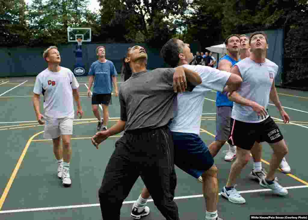 Le président jouent au basket avec des membres du parlement à la Maison-Blanche, le 8 octobre 2009. (White House/Pete Souza)