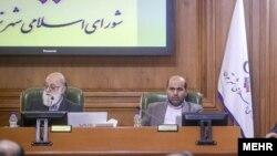ابوالفضل قناعتی در کنار مهدی چمران در جلسه شورای شهر تهران. او از فرماندهان سابق سپاه است