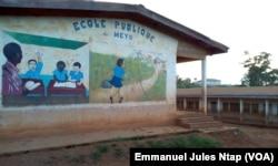 Une maison d'un natif du village Meyo en arrêt des travaux depuis trois ans au Cameroun, le 3 mai 2017. (VOA/Emmanuel Jules Ntap)