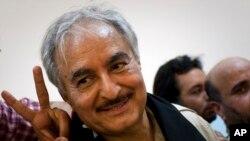 Tướng Khalifa Hafta rời một cuộc họp báo ở Benghazi (Ảnh lưu trữ)